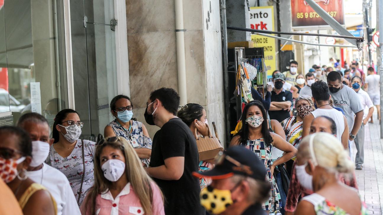Fila de pessoas no Centro de Fortaleza de máscara devido ao novo coronavírus