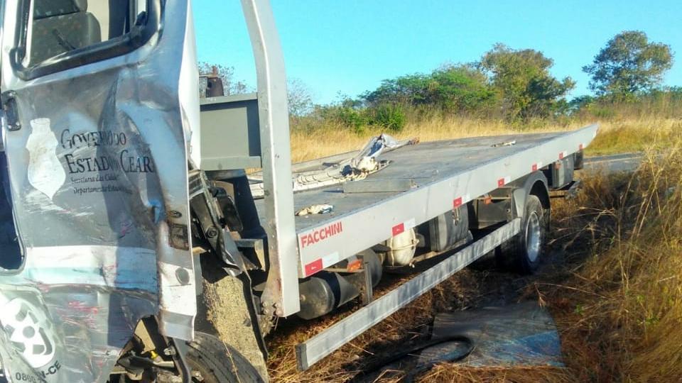 #PraCegoVer: O caminhão guincho envolvido no acidente faz parte da frota do Detran no Ceará