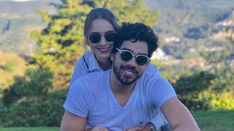 Esta é uma imagem de Gabriel Diniz e sua ex-noiva