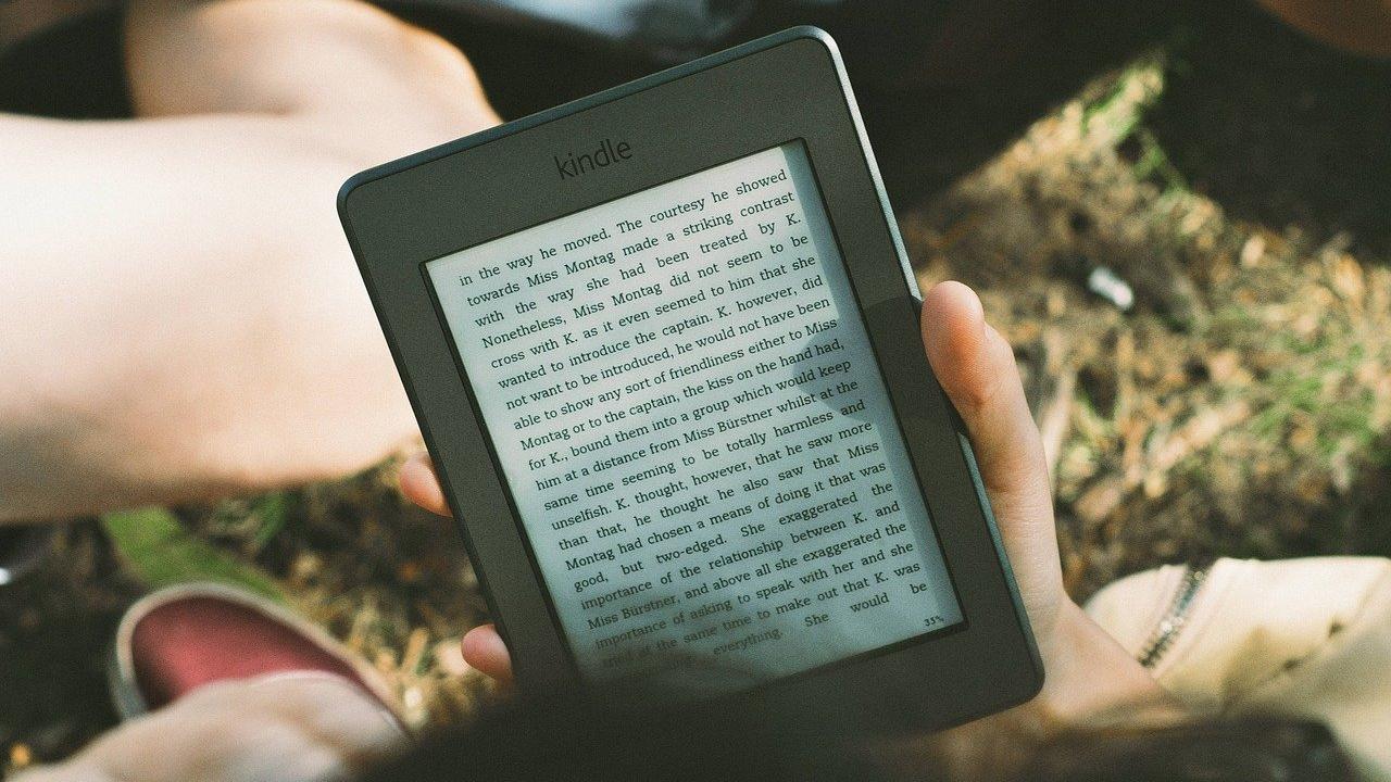 pessoa lendo no kindle publicação em inglês