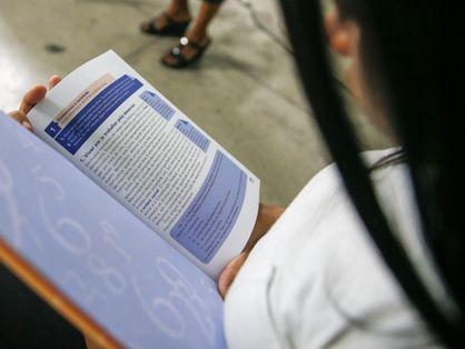 estudante com livro