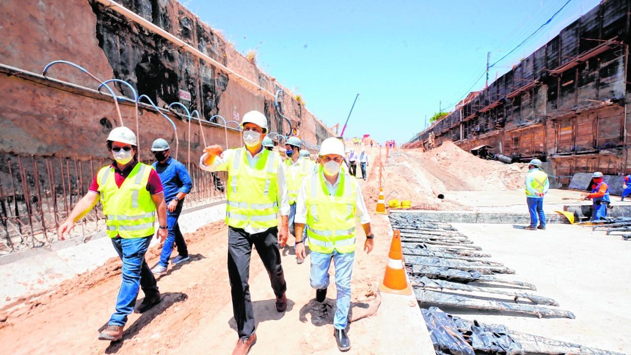 Legenda: Governador Camilo Santana visitou ontem (2) as obras na Estação Chico da Silva da Linha Leste Foto: Carlos Gibaja