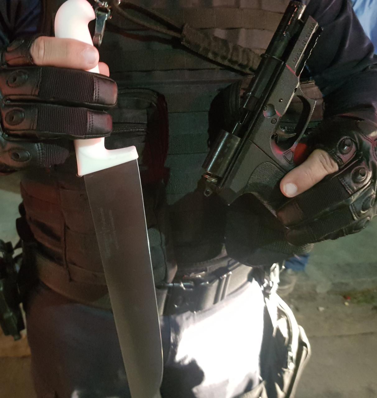 Faca e arma falsa