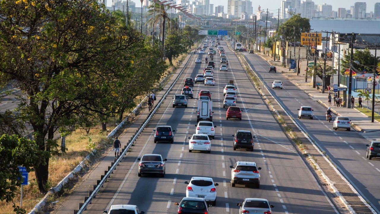 Com a nova regra, motoristas precisarão acender o farol durante o dia apenas em rodovias de pista simples