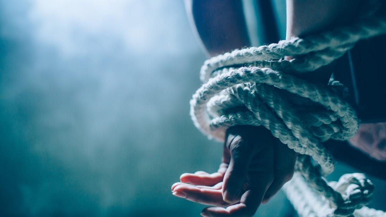 O trabalhador alega que foi torturado para confessar o suposto furto da arma de fogo