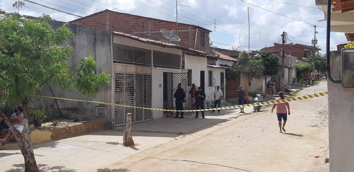 A casa onde as vítimas moravam foi isolada pela polícia