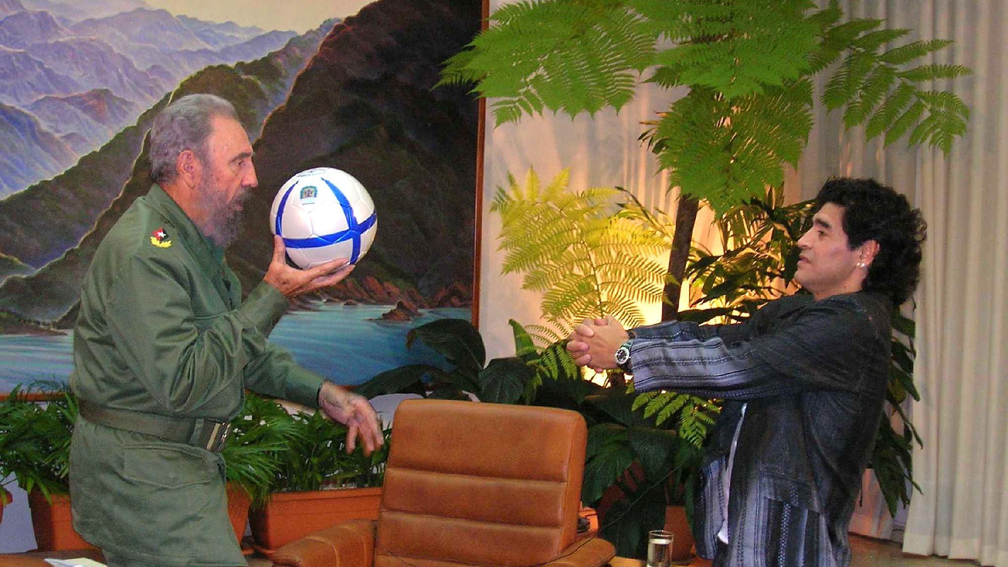 Fidel Castro e Maradona em encontro dos dois em outubro de 2005 em Havana, Cuba