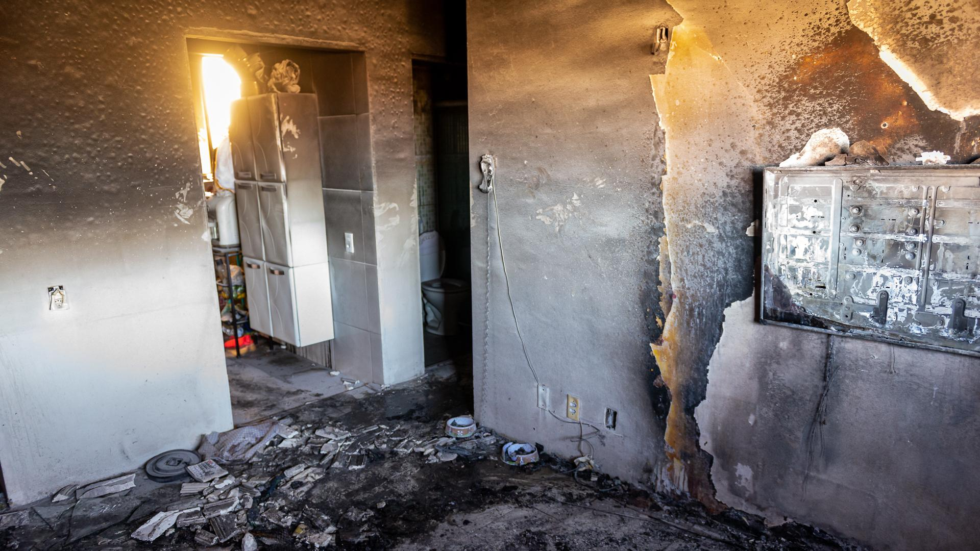 O incêndio danificou duas televisões, um sofá, um rack, dois ventiladores, um aparelho de som, um ar condicionado, um notebook e toda parte elétrica do apartamento