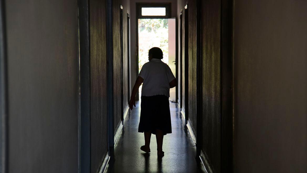 Esta é uma imagem de uma idosa