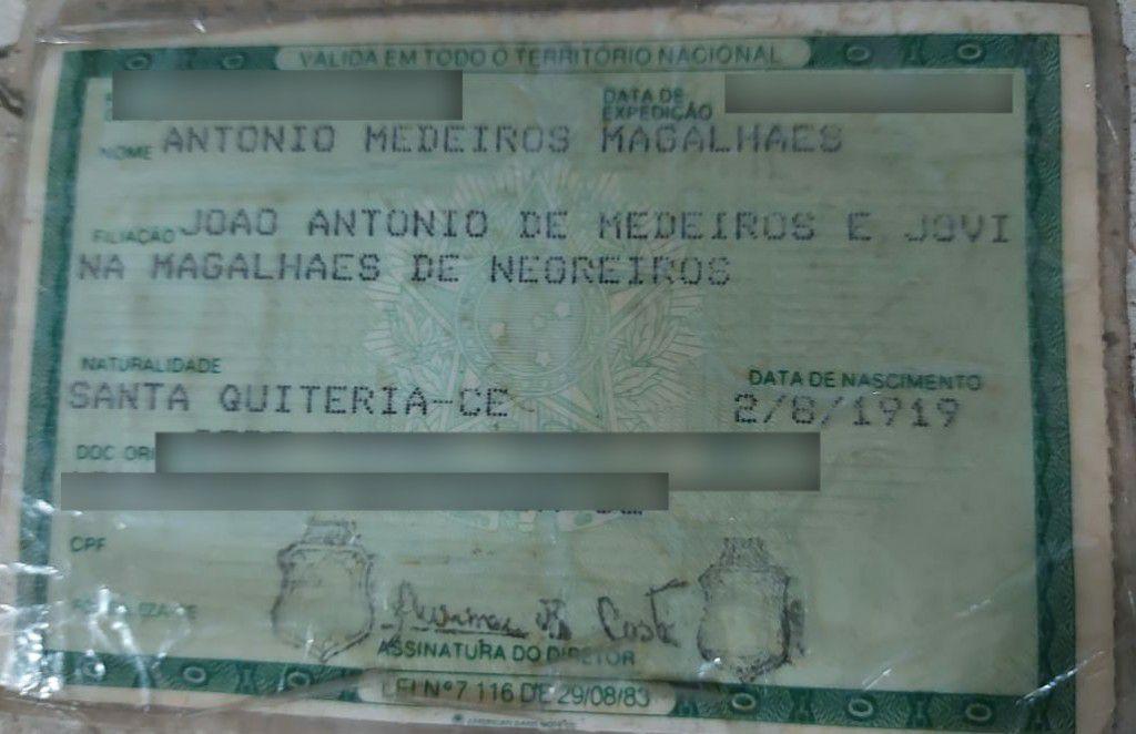 A identidade de Seu Mocinho revela que ele nasceu em 2 de agosto de 1919, em Santa Quitéria