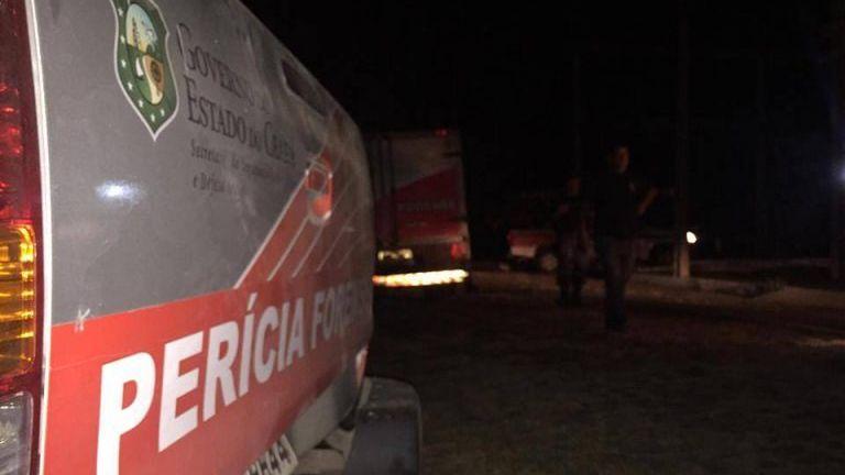 Nesta imagem é possível a parte detrás de uma caminhonete com o nome Perícia Forense escrito