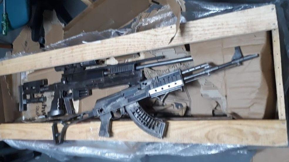 Caixa com objetos semelhantes a armas de fogo