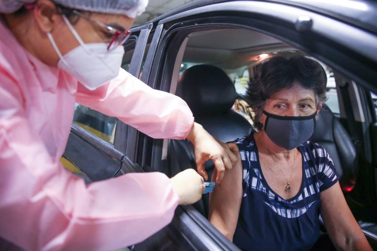 Idosos foram vacinados em esquema de drive-thru segunda-feira (25), no Centro de Eventos do Ceará, em Fortaleza.