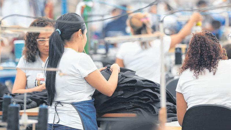 mulheres trabalhando em fábrica de roupas