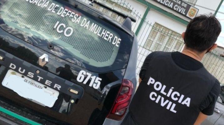Esta imagem mostra um policial civil de costas ao lado de uma viatura no município de Icó
