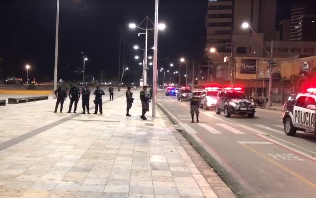Policiais e viaturas na Praia de Iracema