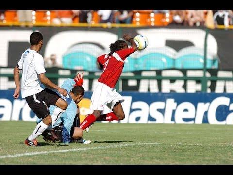 O lance entre o meia Tinga, do Inter, e o goleiro Fabio Costa, do Corinthians, marcou o Brasileirão de 2005