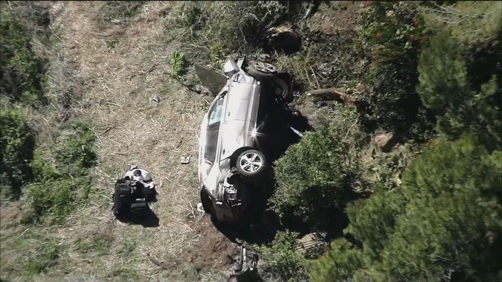 Imagem do carro de Tiger Woods capotado em acidente