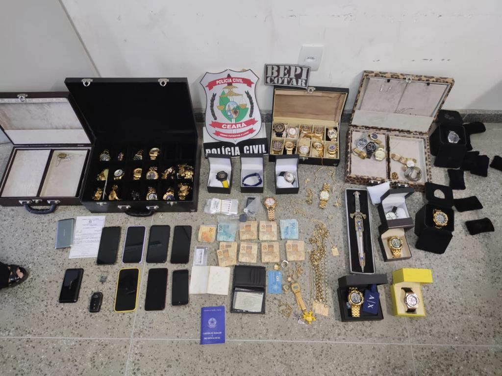 A Polícia Civil apreendeu joias e 47 relógios avaliados em cerca de R$ 1 milhão