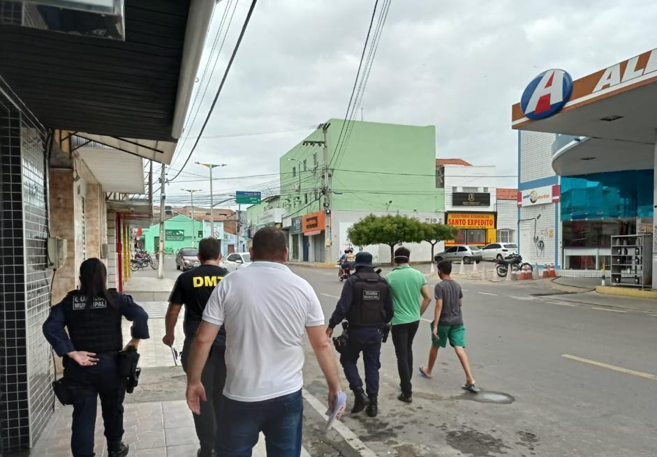 Agentes de segurança e fiscalização em Mombaça