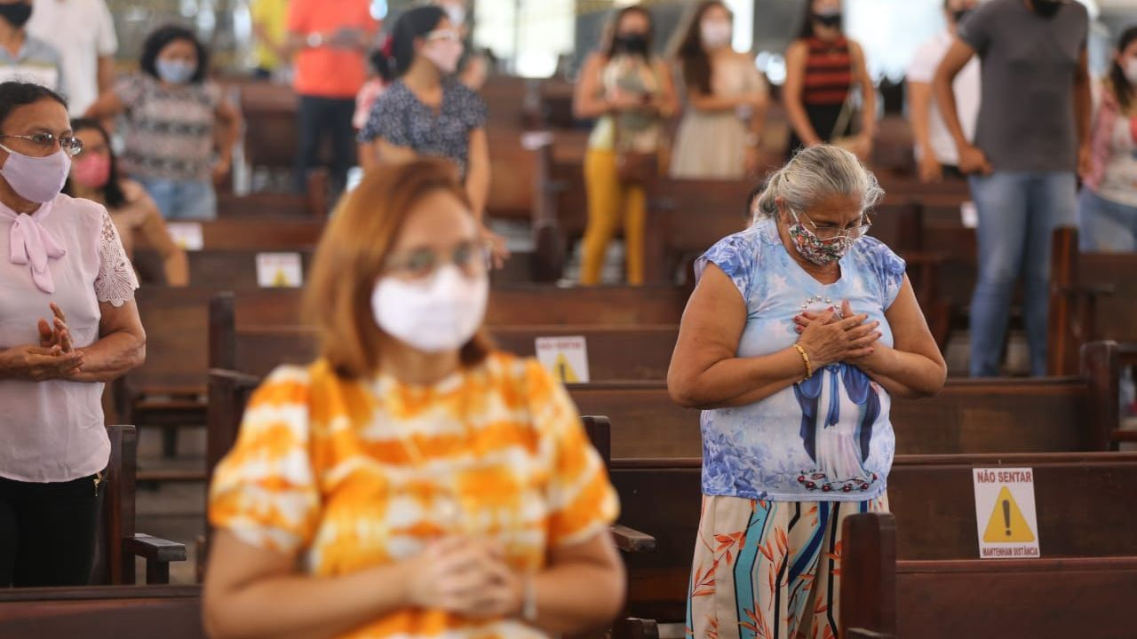 Fiéis rezando dentro de uma Igreja Católica do Estado do Ceará