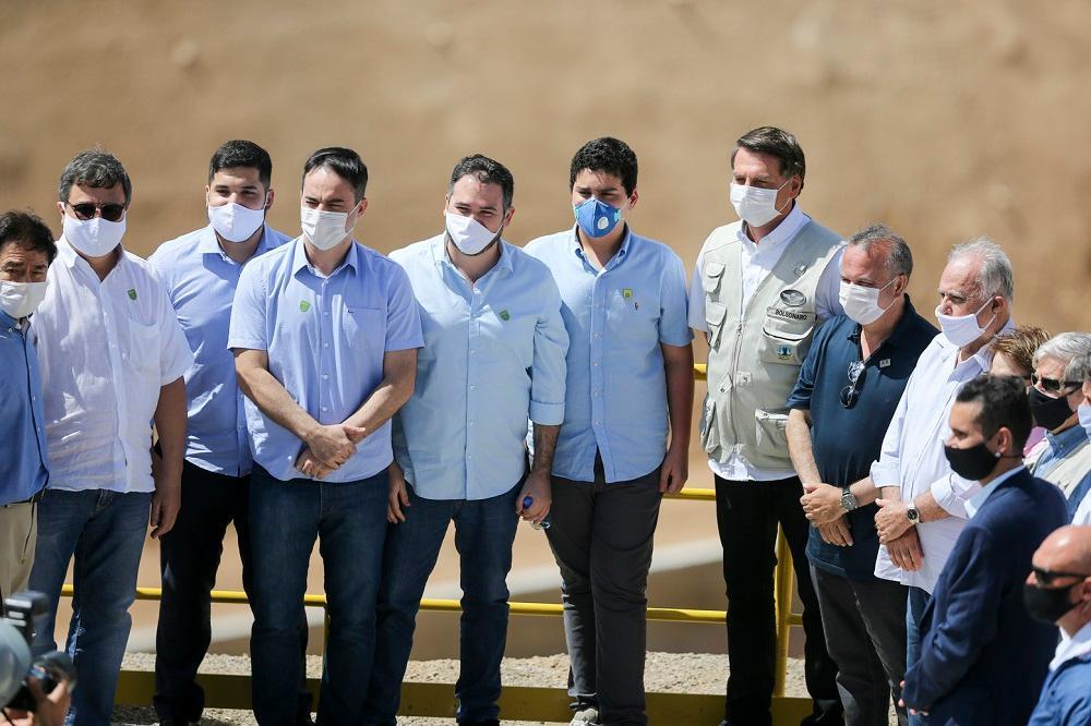 Bolsonaro com aliados no Ceará durante a inauguração da transposição das águas do São Francisco, em 2020