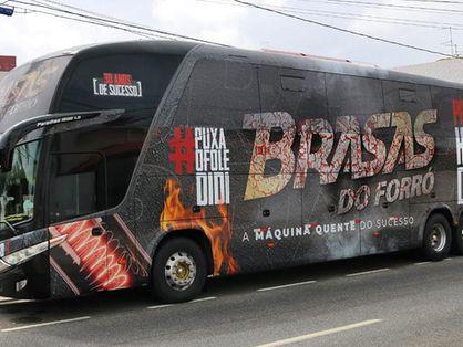 Ônibus é usado para transportar instrumentistas e cantores em shows