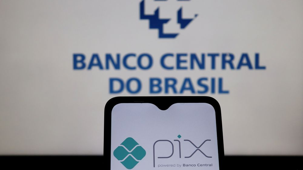 Logotipo do Pix na tela do smartphone com logotipo do Banco Central do Brasil ao fundo