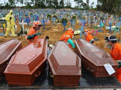 Coveiro enterrando sequência de caixões