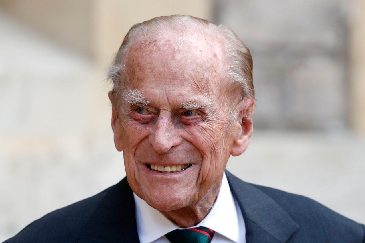 Príncipe Phillip sorrindo para foto durante caminhada