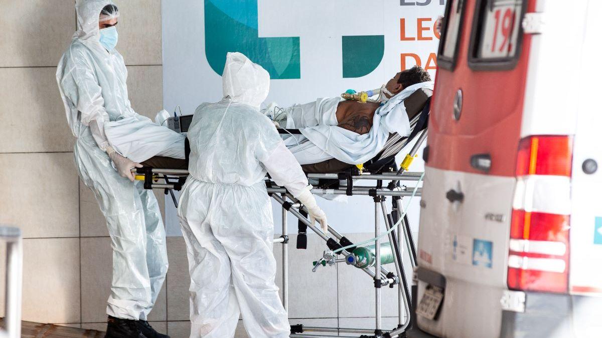 Maqueiros levando paciente com Covid-19 a hospital de Fortaleza durante a segunda onda