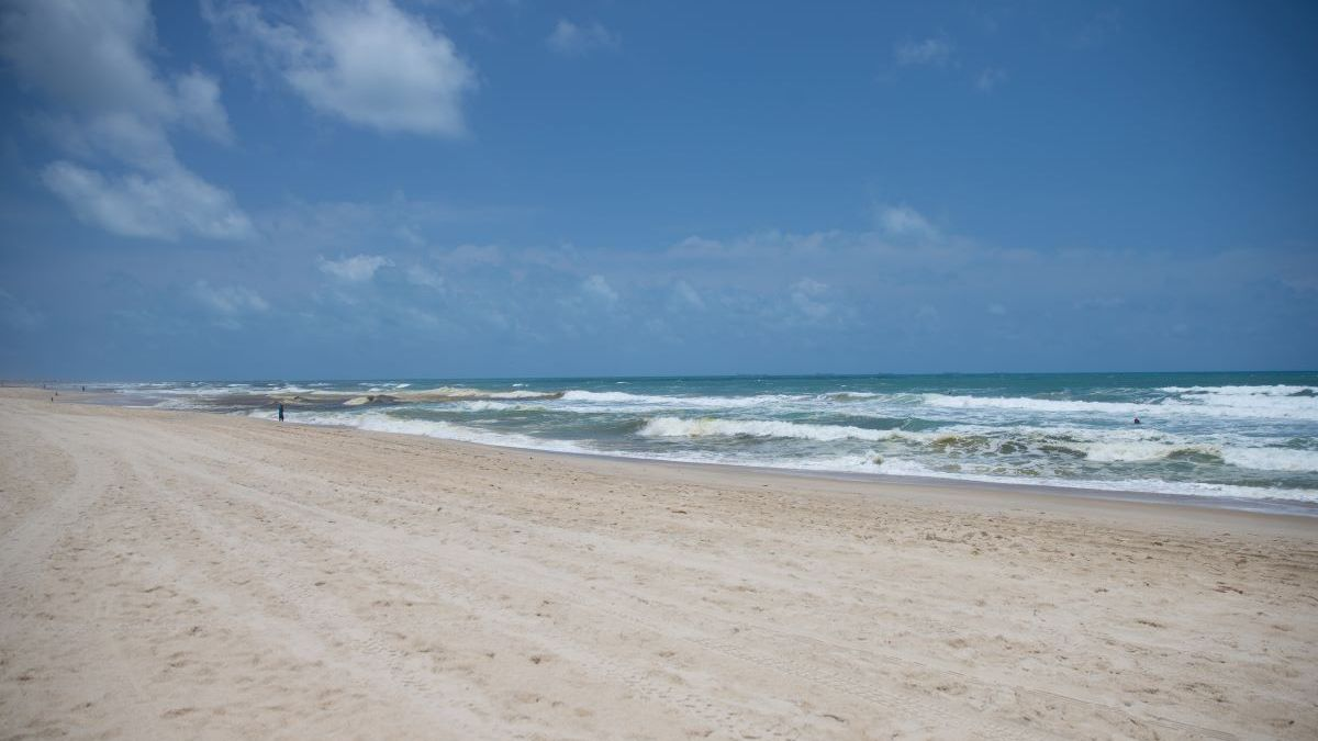 Praia do Futuro, em Fortaleza, vazia durante lockdown no Ceará