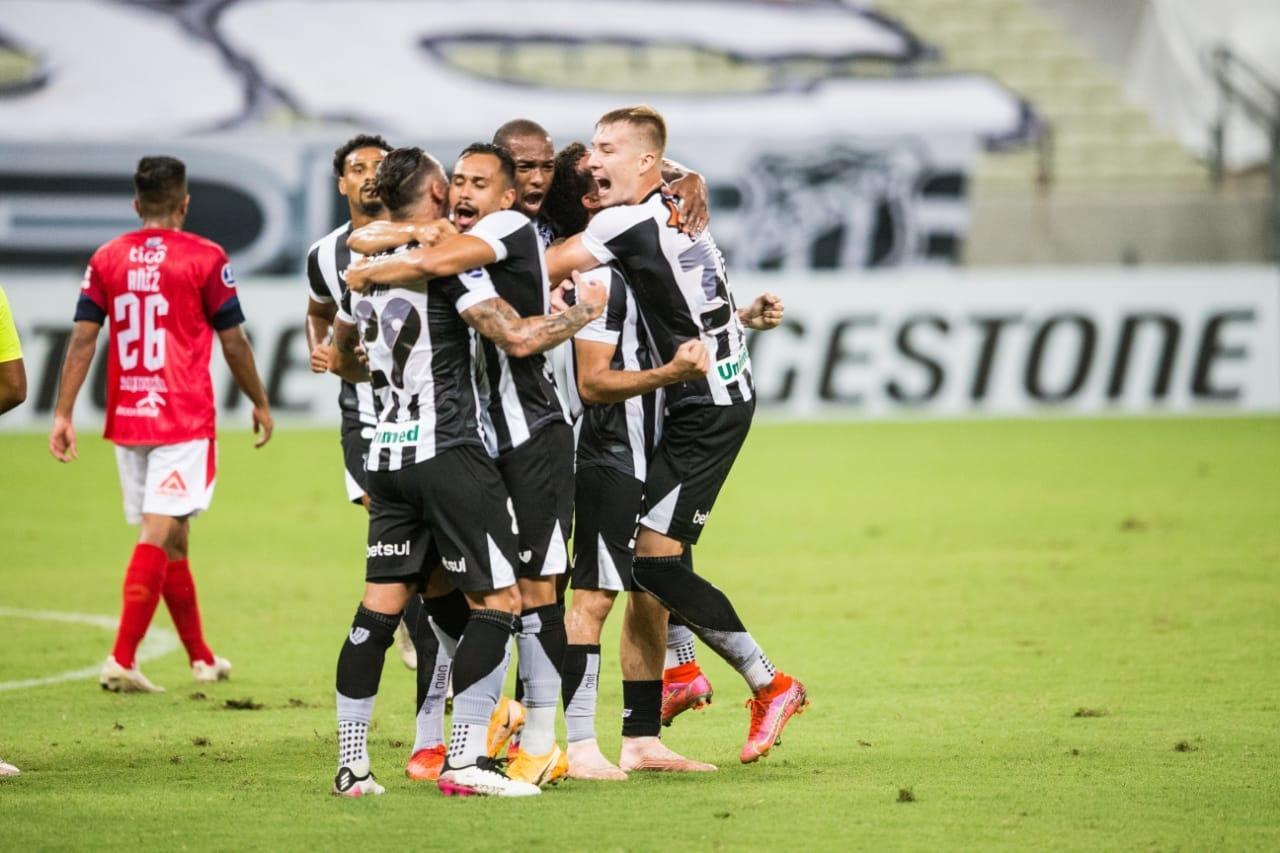 Elenco do Ceará comemora gol na Arena Castelão