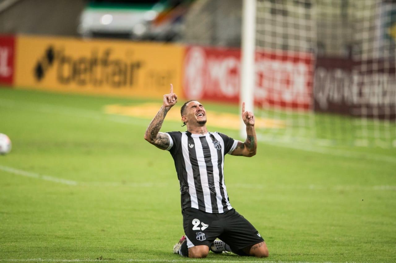 Vina comemora gol muito emocionado