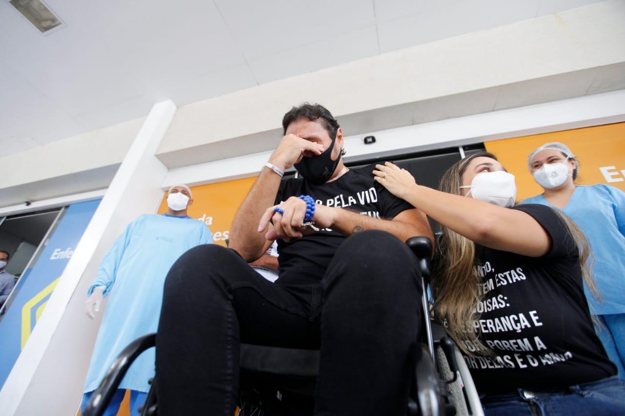 Vicente Nery chorou com faixas com palavras de força e otimismo