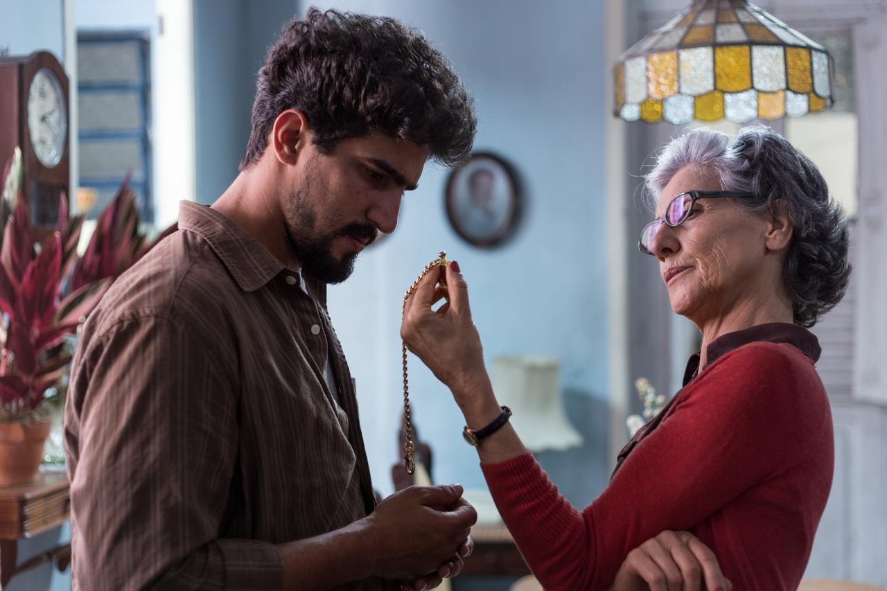 Fabiano (Renato Góes) anda desconfiado da genitora (Cássia Kis)