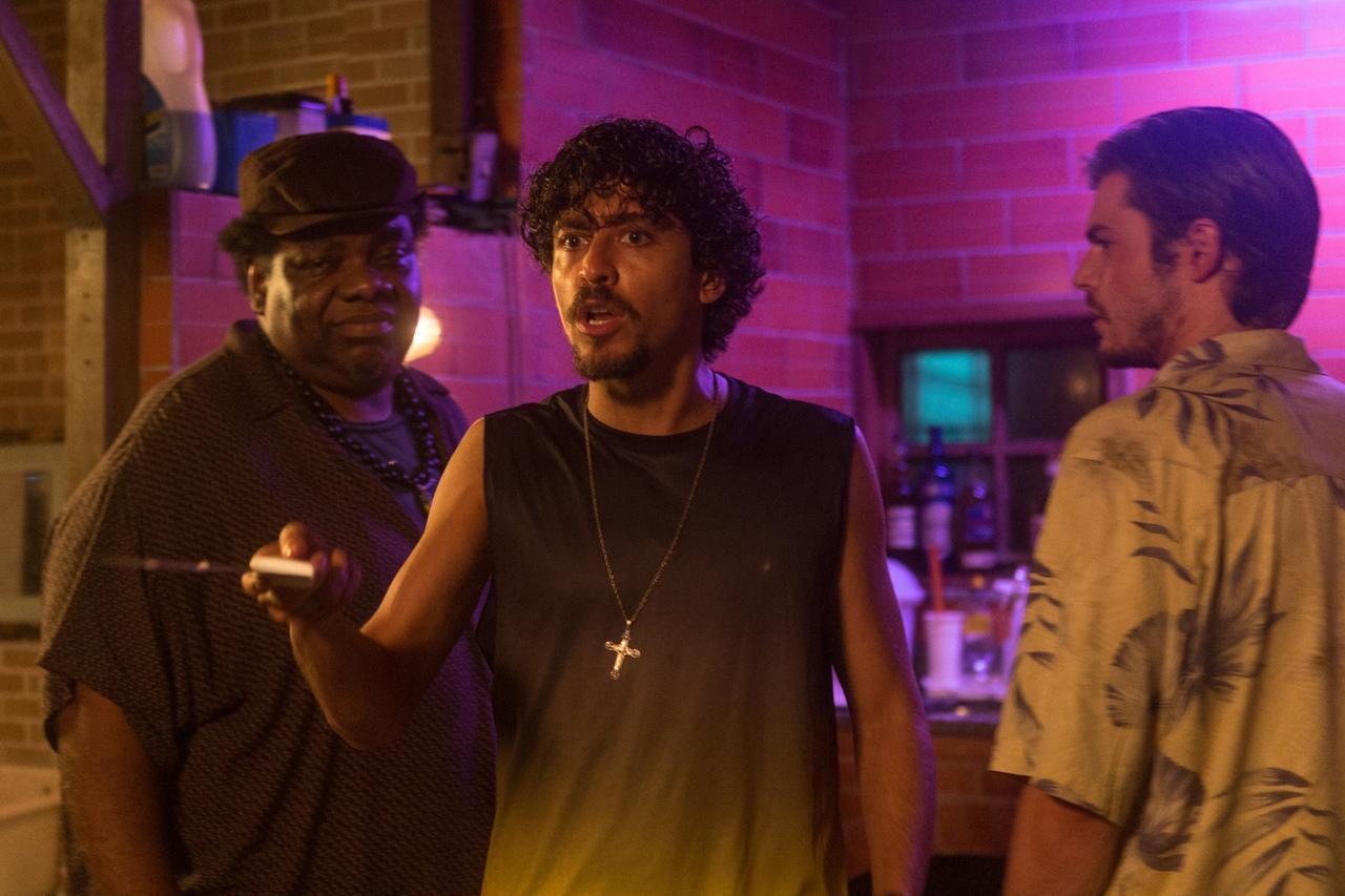 Zeca (Sérjão Loroza) e Pierce (Chris Mason) encaram o traficante que não gosta de mentirosos vivido por Jesuíta Barbosa