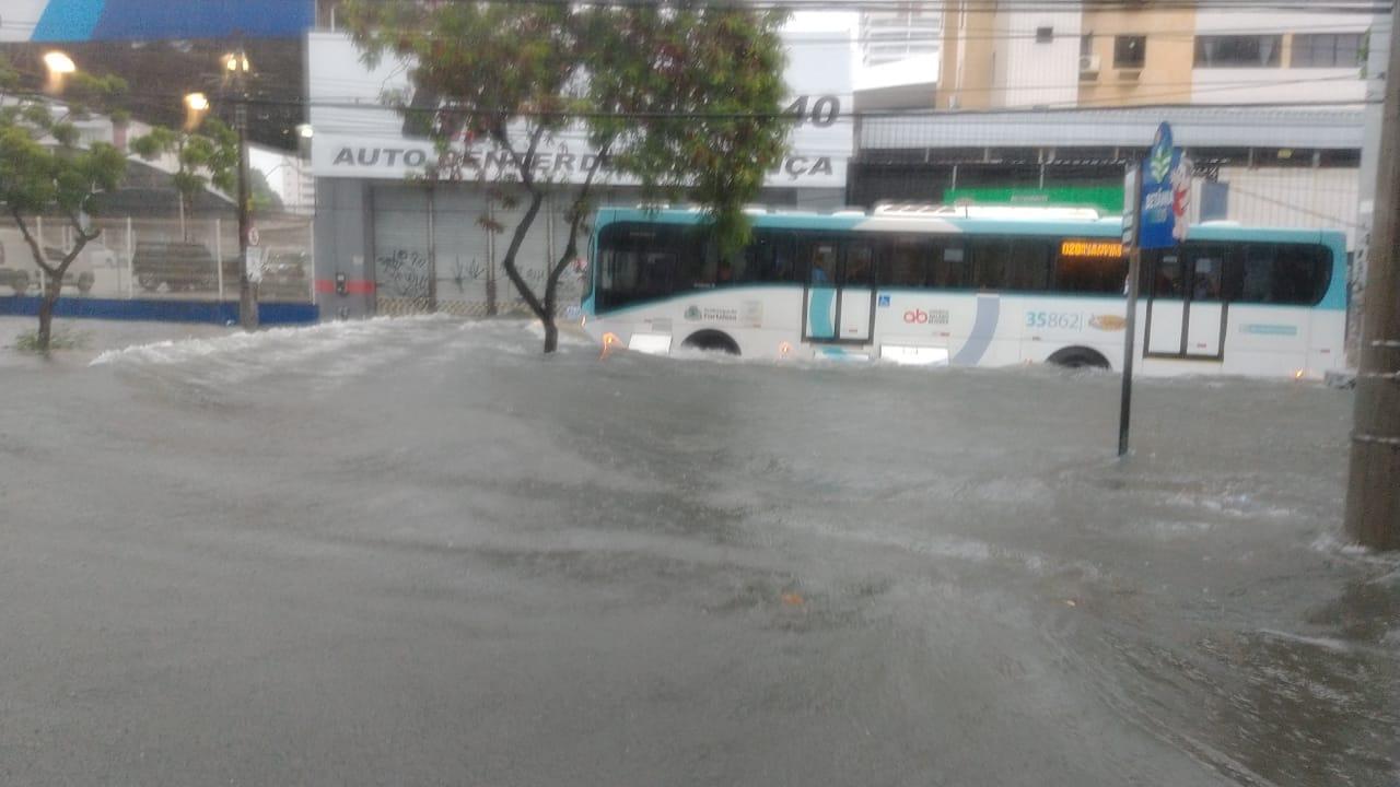 Ônibus travessa avenida Heráclito Graça alagada em abril de 2021