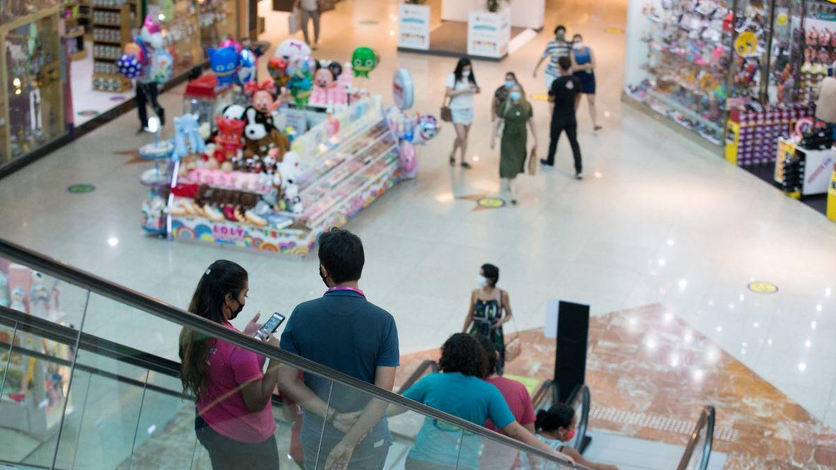 Pessoas descendo a escada rolante em shopping de Fortaleza