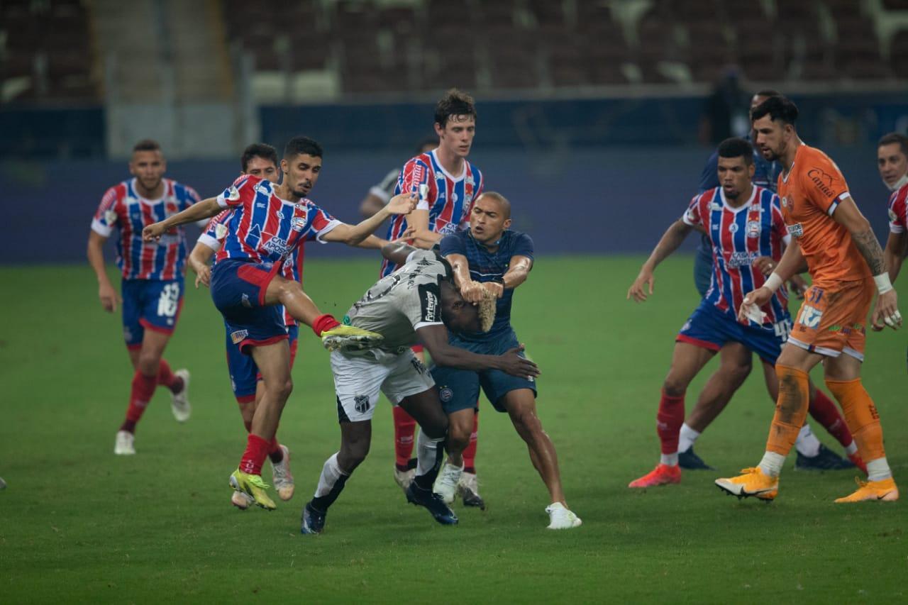 Jogadores de Ceará e Bahia se desentendendo