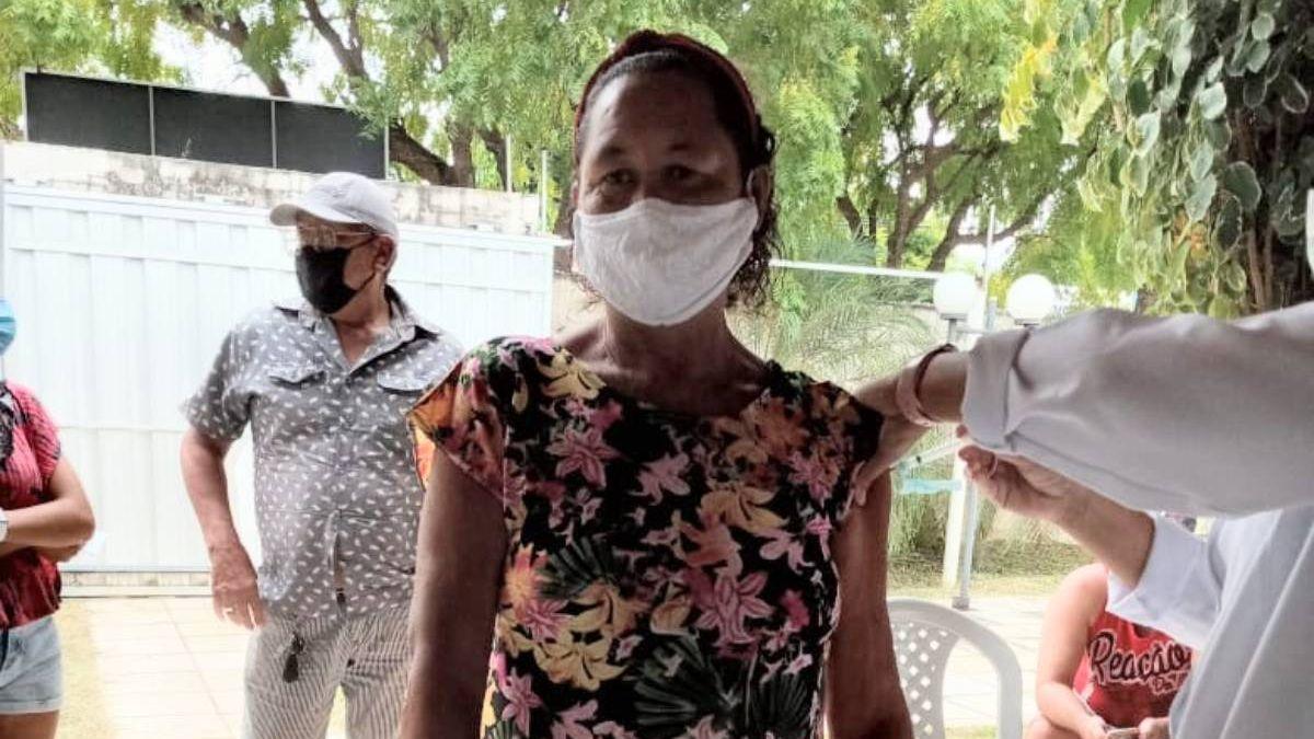 Mulher sendo vacinada em Milagres/CE