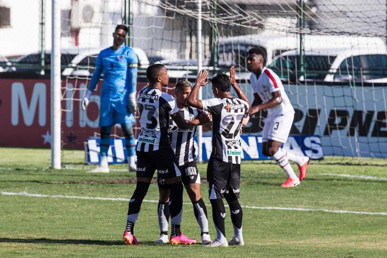 Jogadores do Ceará comemoram gol contra o Atlético em jogo pelo Campeonato Cearense