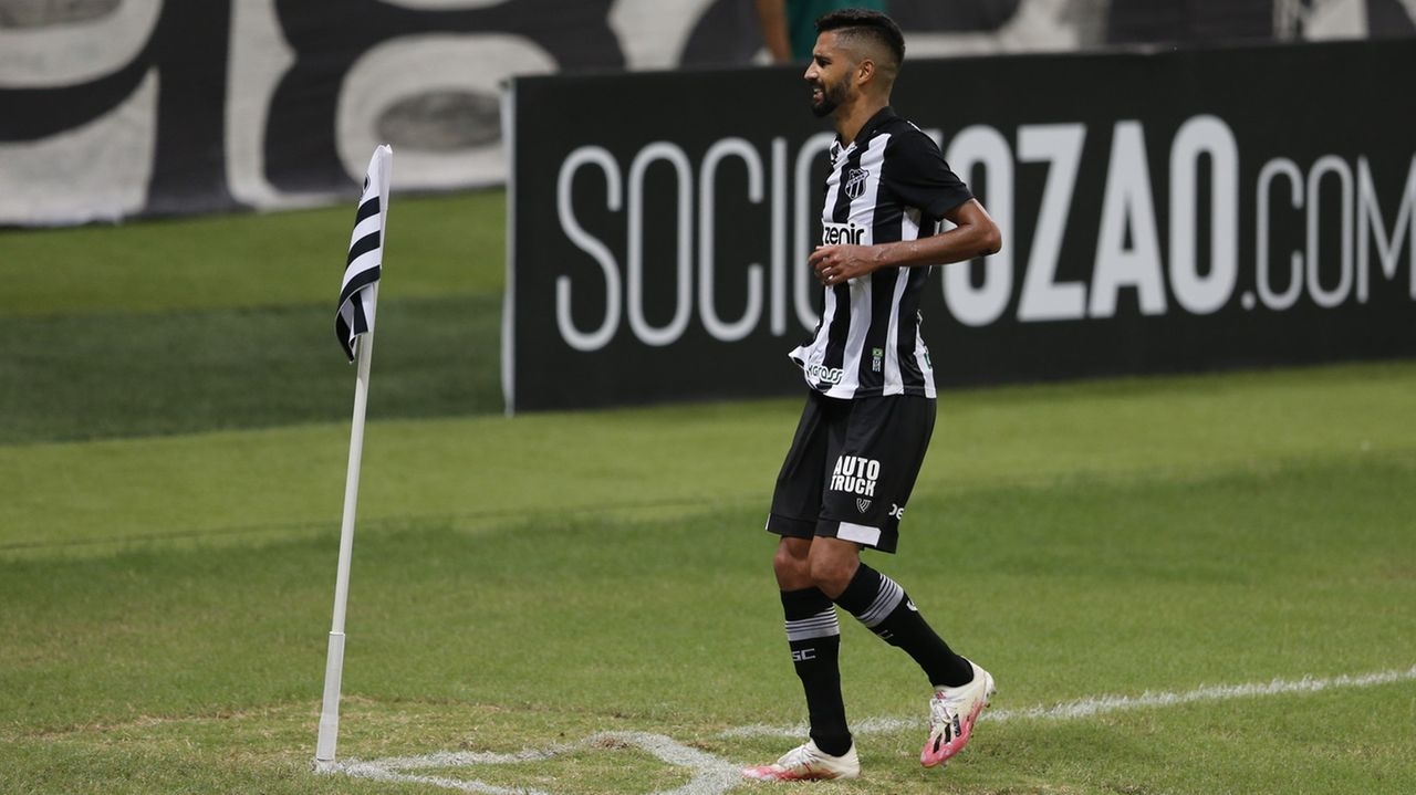 Jorginho comemora gol do Ceará contra o Grêmio