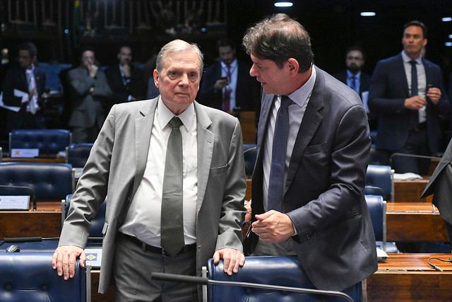Os senadores Cid Gomes e Tasso Jereissati conversam no plenário do Senado