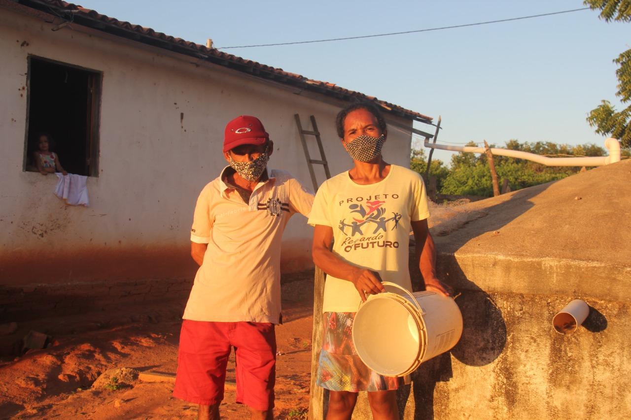 A vila está localizada cerca de mil metros da beira d'água de uma dos maiores açudes do Ceará, mas falta projeto de captação, tratamento e distribuição do recurso hídrico