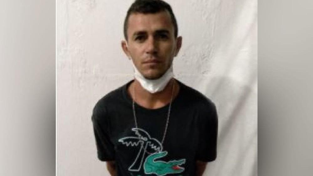 Foto: homem preso por matar escrivão em posição de reconhecimento para registro policial