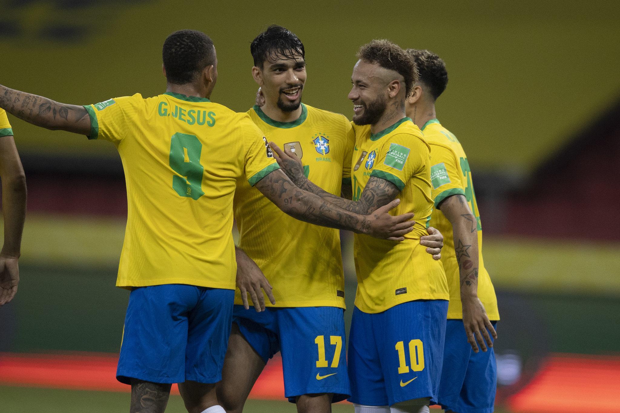 Jogadores da Seleção Brasileira comemoram gol