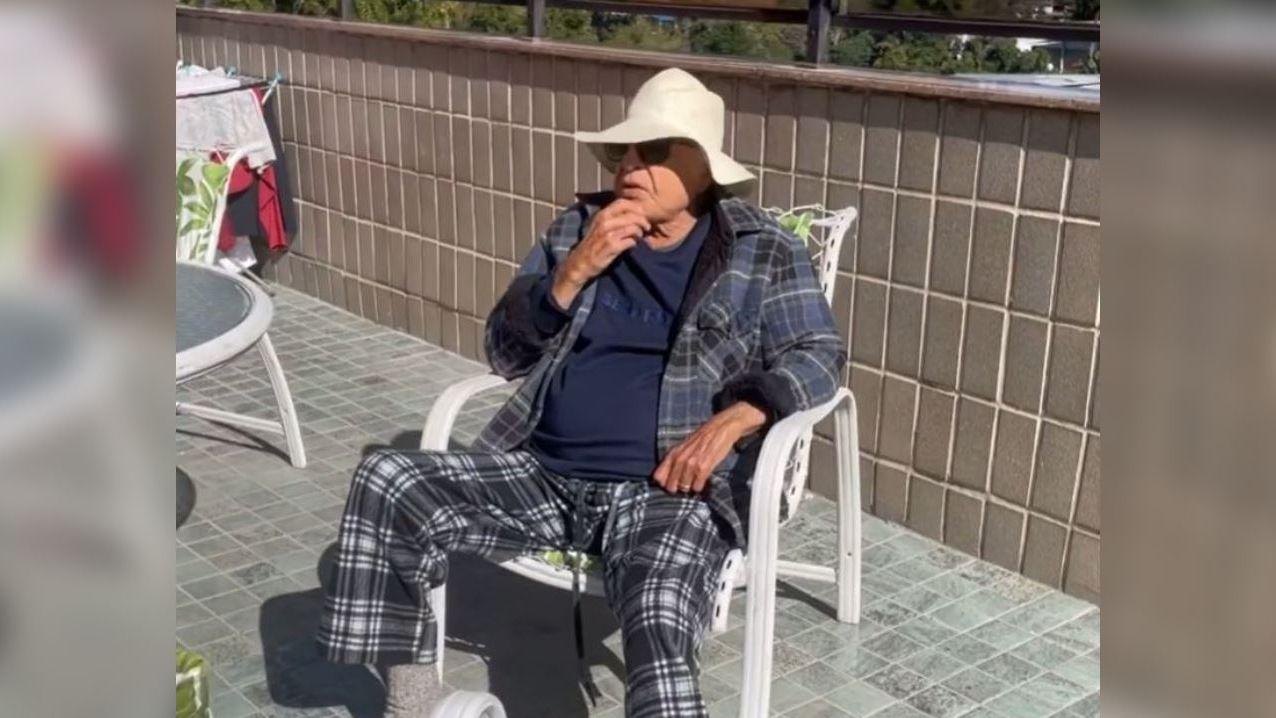 Cid Moreira deitado em cadeira atuando em vídeo