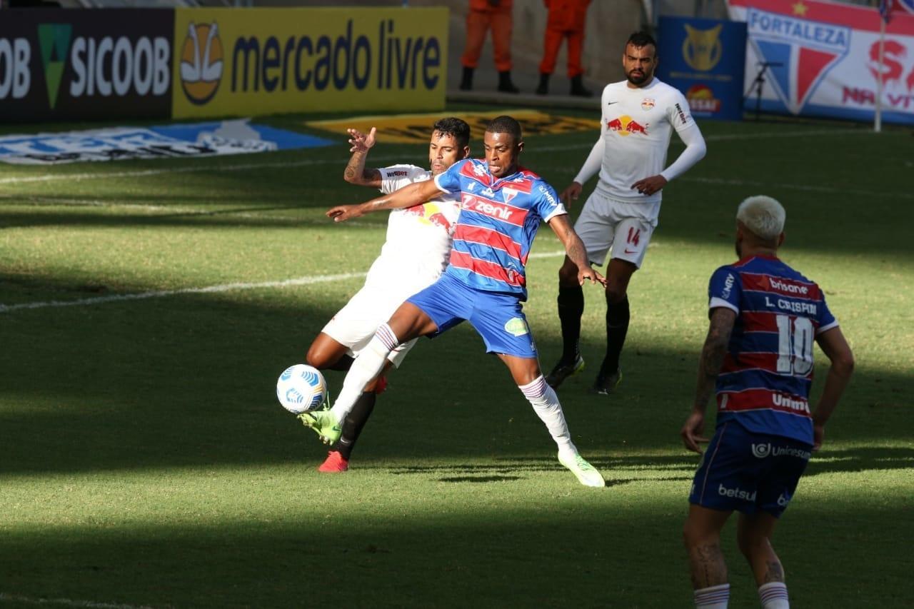 Atletas de Fortaleza e Bragantino disputam bola