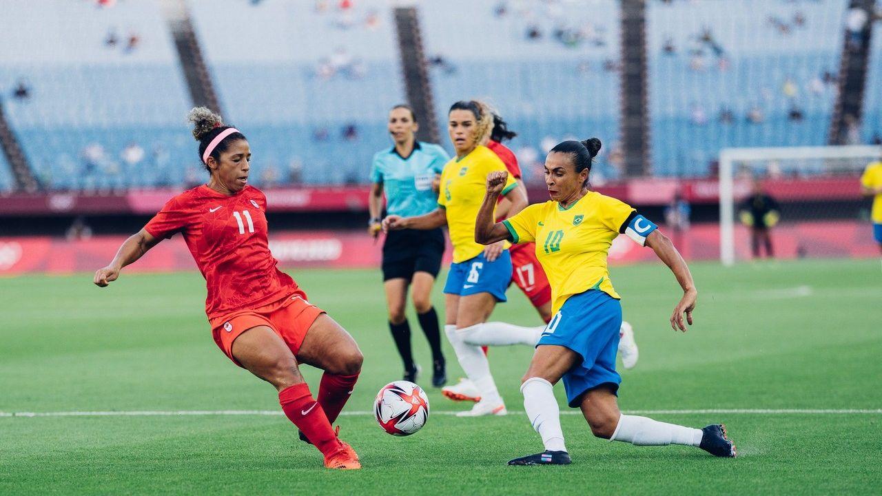 Atletas de Brasil e Canadá disputam a bola
